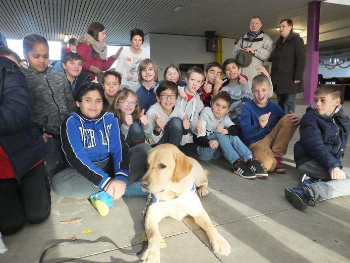 De leerlingen van Viblo-Leieland bij de puppy Witse.