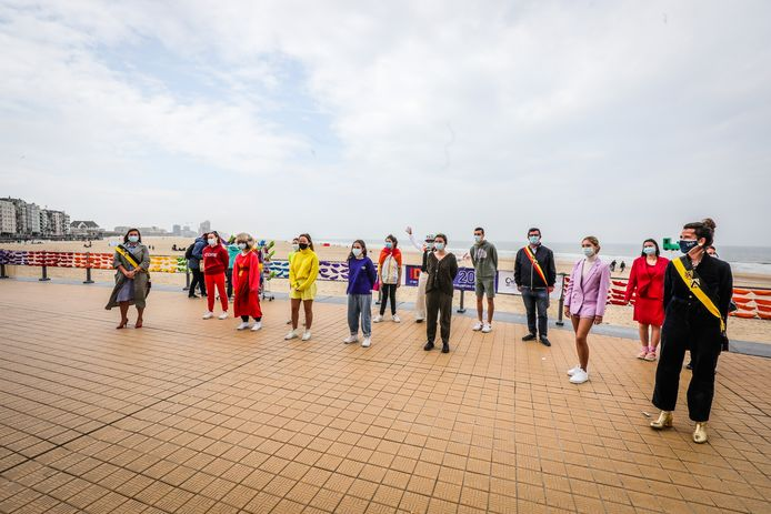 Op de zeedijk van Oostende vormen 3.000 papieren bootjes de regenboogvlag