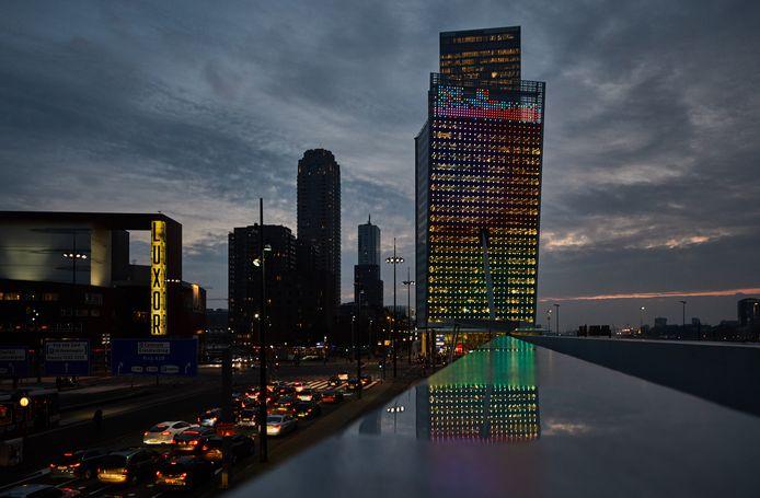 Lichtjes op de gevel van de verbouwde KPN-toren aan het Wilhelminaplein.
