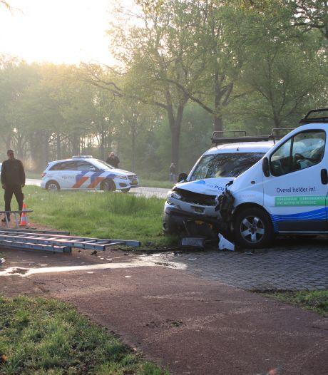 Collega's botsen met werkbusjes op elkaar in Terschuur, één persoon gewond