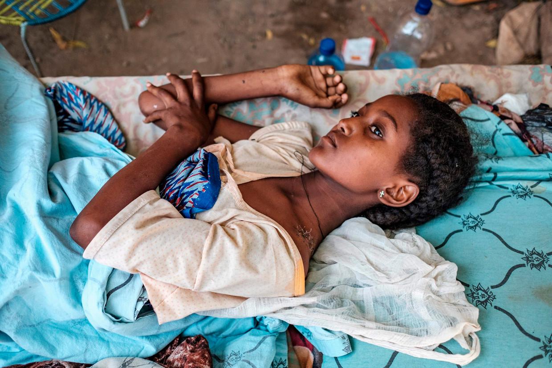 Een jong meisje herstelt van haar verwondingen na een schietpartij in haar huis in Humera in Ethiopië.  Beeld Eduardo Soteras Jalil / AFP