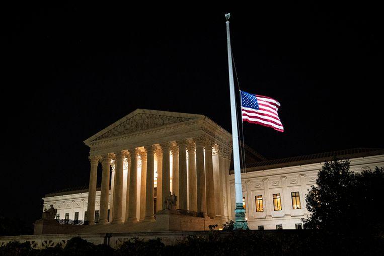 De Amerikaanse vlag bij het Supreme Court hing vrijdagavond halfstok. Beeld REUTERS
