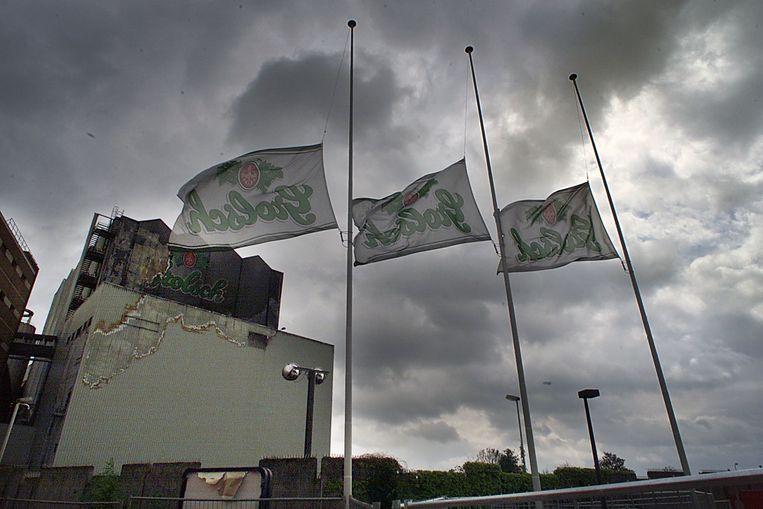Vlaggen half stok bij de beschadigde Grolschfabriek Beeld Carlo ter Ellen