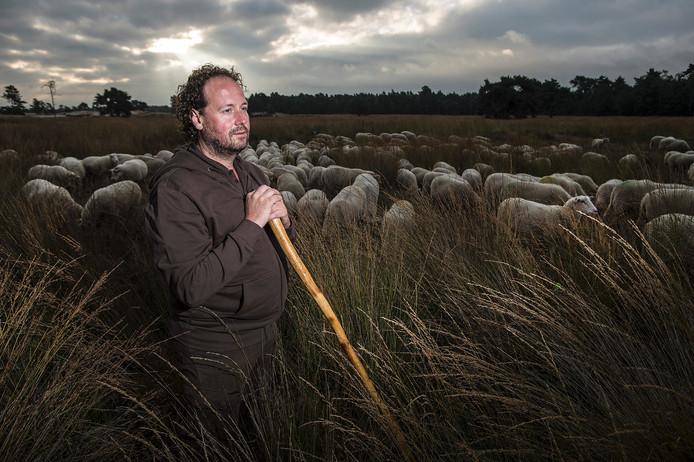 Bart van Ekkendonk met zijn schapen op de Loonse en Drunense duinen. Foto: Ron Magielse/Pix4Profs
