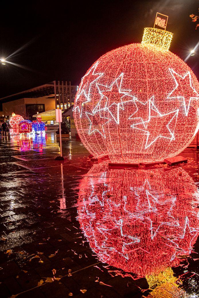 Eén van de twee gigantische kerstballen.