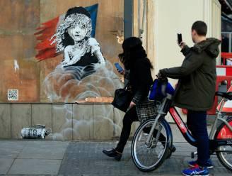 Banksy klaagt gebruik van traangas in vluchtelingenkamp Calais aan