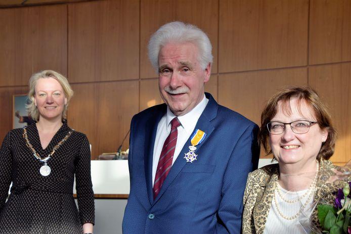 Gerhard Kruizinga ontving in bijzijn van naasten de koninklijke onderscheiding van burgemeester Erica van Lente (l).
