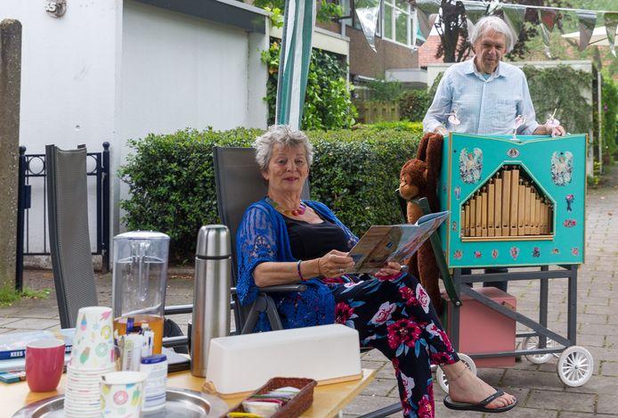 Dag van de Minibieb bij Loekie (links) en Piet Ruissen op de Waleweinlaan in Geldrop