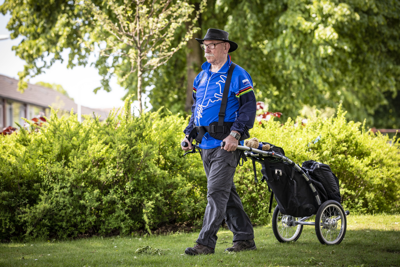 Gerard Althoff met zijn wandelkarretje. Op 26 juni begint hij aan zijn megatocht door Nederland.