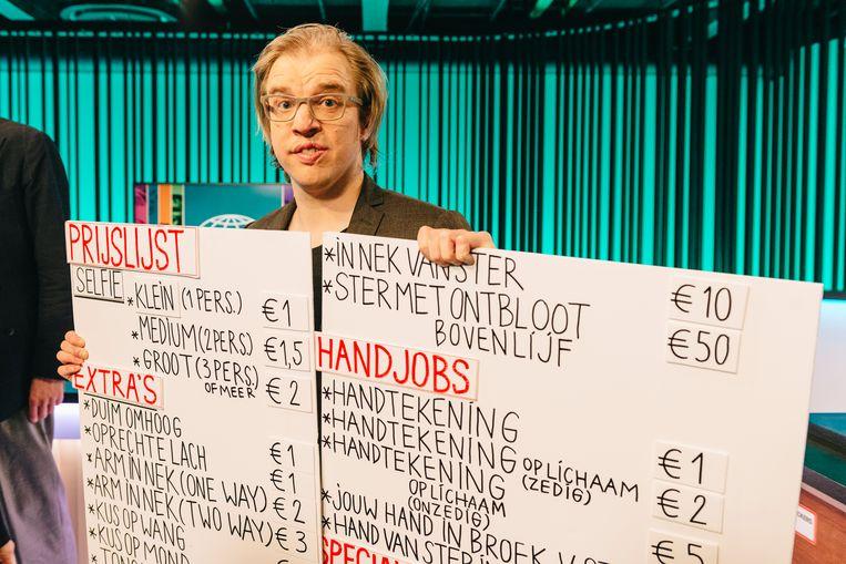 Jan Jaap Van der Wal toont hoe 'De ideale wereld' aan geld wil raken voor consortium 12-12. Beeld Illias Teirlinck