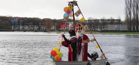 Sinterklaas arriveert per bootje bij Emiclaer