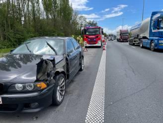 BMW met pech op pechstrook aangereden door vrachtwagen langs E17 in Waregem