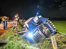 Vrachtwagen crasht in de sloot, chauffeur uit cabine gehaald door brandweer