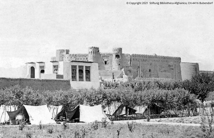 """Ancienne photographie de la forteresse où le seigneur de guerre mongol Timur Lenk aurait reçu son surnom de """"boiteux""""."""