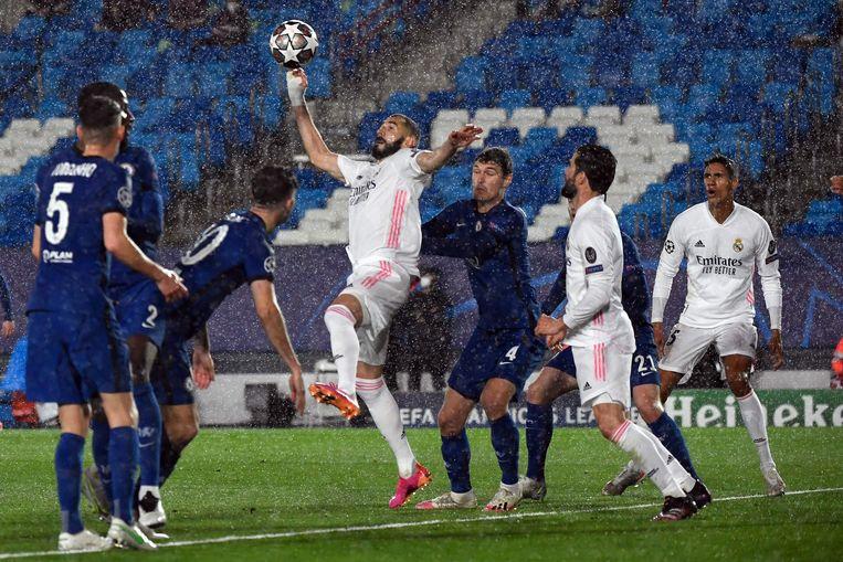 Real Madrid's Franse aanvaller Karim Benzema wedijvert met Chelsea's Deense verdediger Andreas Christensen tijdens de halve finale van de UEFA Champions League tussen Real Madrid en Chelsea. Beeld AFP
