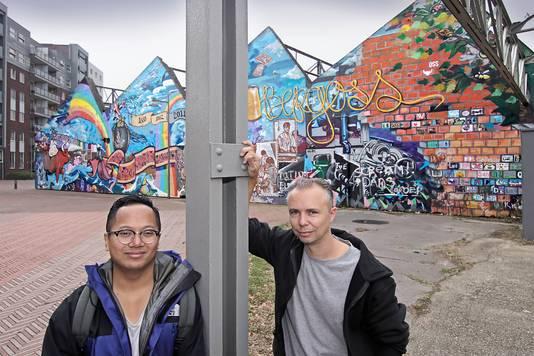 Bart de Ruijter (r) bij de inmiddels gesloopte graffitiwand in Oss.