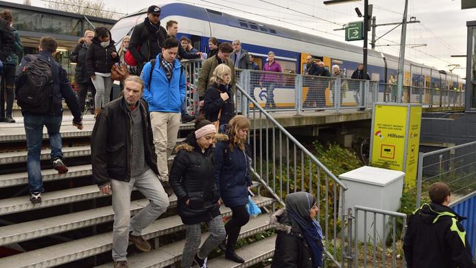 Passagiers stappen uit de sprinter vanuit Alphen.