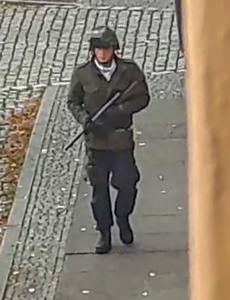 Screenshot van een video waarop vermoedelijk Stephan B. te zien is, die met een wapen door de straten van Halle loopt op de dag dat hij twee mensen doodschiet.  Beeld AFP