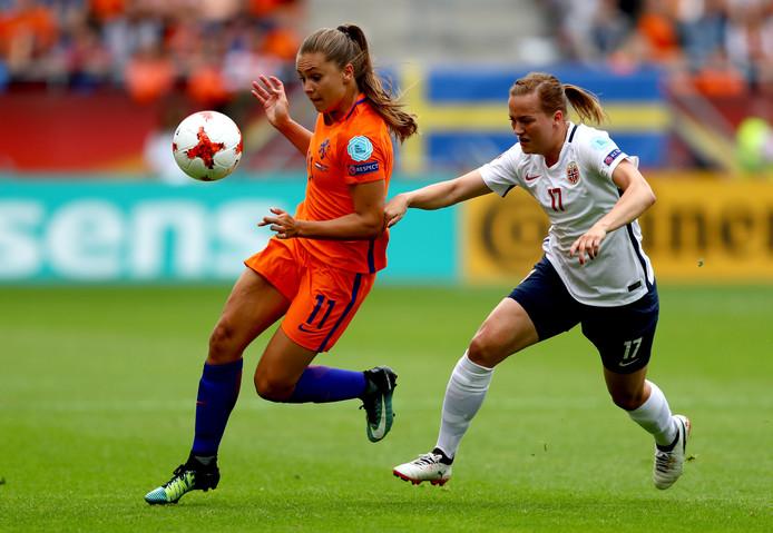 Lieke Martens passeert de Noorse Kristine Minde.