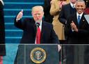 Trump tijdens zijn inauguratie in 2017. Op de achtergrond zijn voorganger Obama.