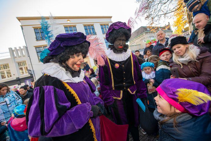 Roetveegpiet en Zwarte Piet gingen vorig jaar tijdens de plaatselijke intocht van Sinterklaas in Apeldoorn nog hand in hand.