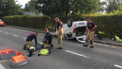 Auto over de kop: brandweer bevrijdt vrouw uit wagen