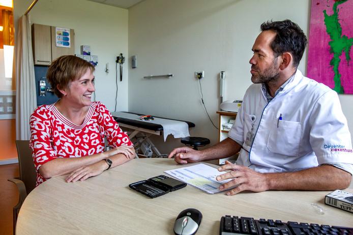 Marlies Oostendorp, moeder van Saar, in gesprek met kinderarts-allergoloog Ted Klok van het Deventer Ziekenhuis.