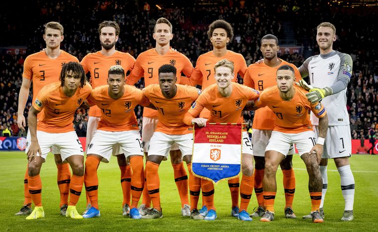Teamfoto van het Nederlands elftal tijdens de EK-kwalificatiewedstrijd tussen Nederland en Estland in 2019.  Beeld ANP