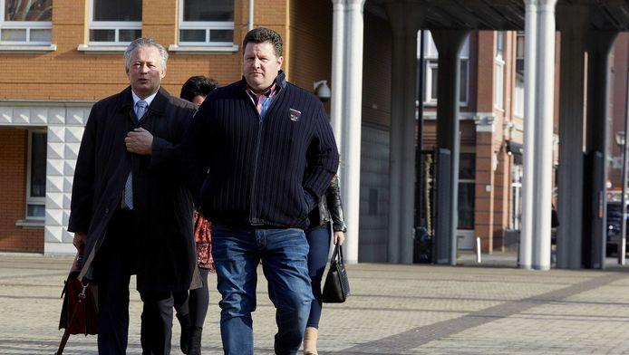 Vleeshandelaar Willy Selten (rechts) arriveert in aanwezigheid van zijn advocaat Frank Peters bij het Paleis van Justitie in Den Bosch