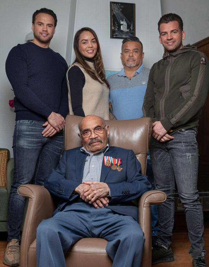Nederland, Woerden Frits Nussy (100) met zijn zoon James en kleinkinderen Joël (links), Yuri en Cheyenne