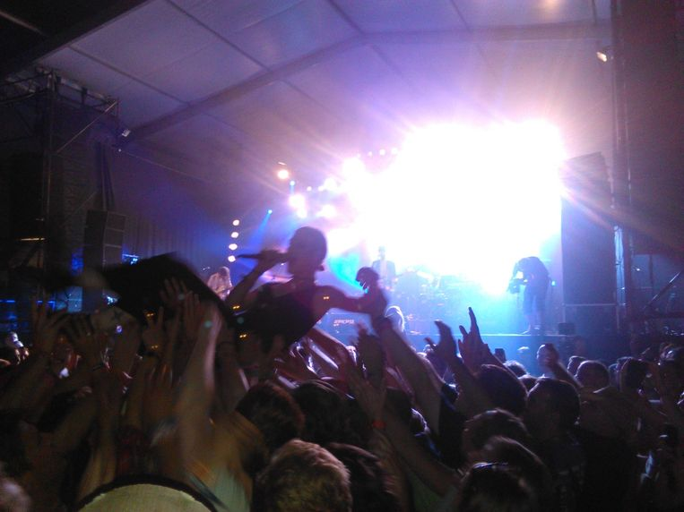 Trixie Whitley crowdsurft. Beeld PC