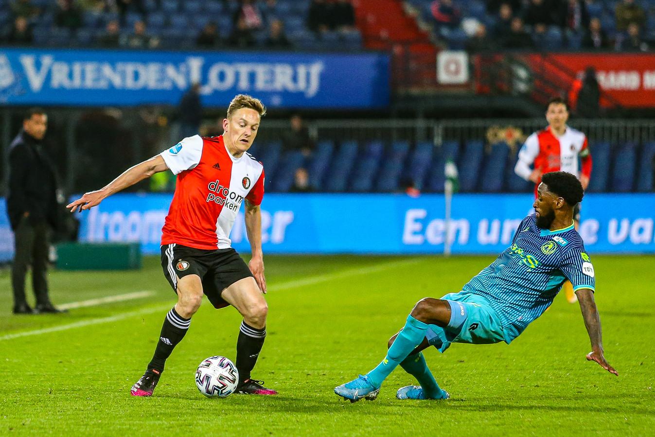 Jeffry Fortes (rechts) in duel met Jens Toornstra van Feyenoord in de play-offs.