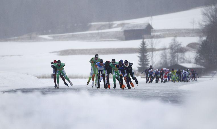 2012: Het peloton schaatsers rijdt zijn rondjes tijdens de Alternatieve Elfstedentocht op de Weissensee in Oostenrijk. Beeld ANP