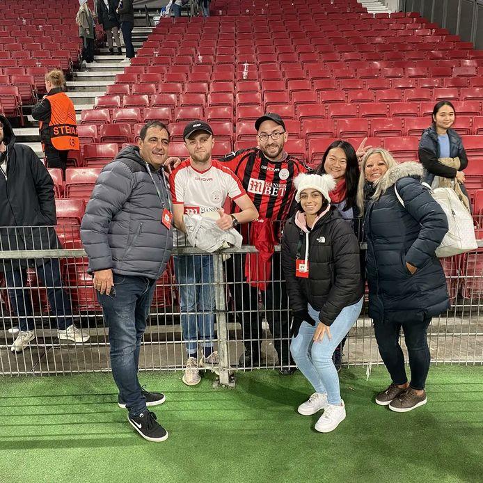Gibraltar-fan Adrien Debargue (tweede van links) bij de wedstrijd van Lincoln Red Imps in Kopenhagen. Naast hem de enige andere aanwezige fan van het team.