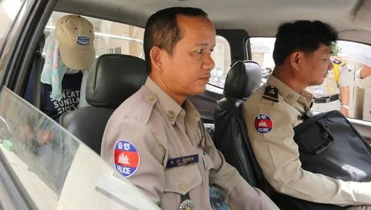 Foto ter illustratie. Een aangehouden persoon in een Cambodjaanse politiewagen.