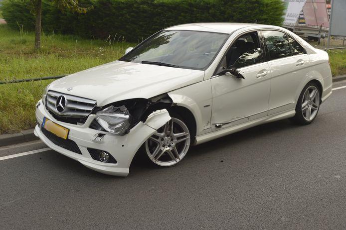 Schade aan linkervoorzijde van Mercedes.
