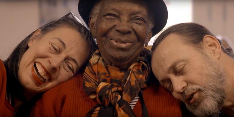 Adelheid Roosen en Hugo Borst  in de tv-serie 'De Leeuwenhoek', waarin ze ouderen in een verpleeghuis volgen. Beeld -