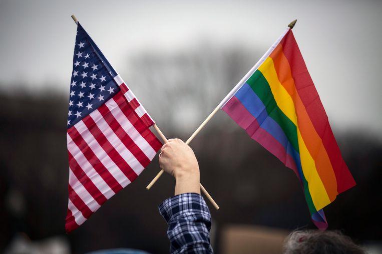 Twee vlaggen, in één hand.  Beeld EPA