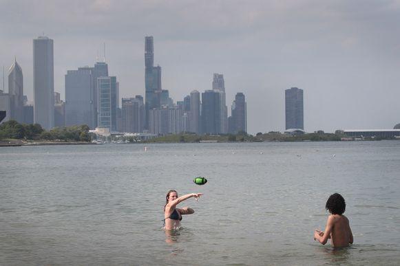 Ook in Chicago nemen mensen een verfrissende duik tijdens de hittegolf.