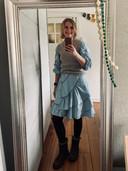 Arjanne Molenaar in een outfit die ze heeft samengesteld vanuit de kledingruiltas.