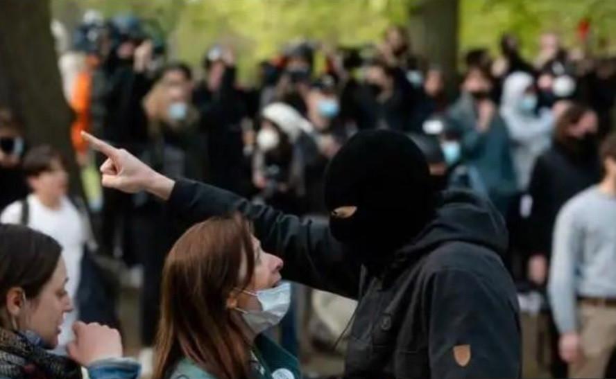 Initiatrice du mouvement citoyen Trace ton Cercle, Viriginie Van Lierde (sur la photo face à un casseur) se trouvait dans le Bois de La Cambre afin essayer de faire le maximum pour éviter d'éventuels débordements.