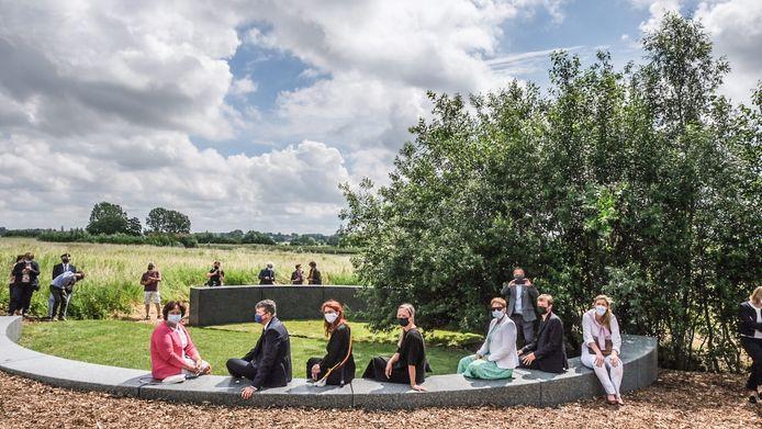 Het Onument ligt in Kortrijk op de grens van een begraafplaats en een natuurgebied. Op de huldiging waren onder andere Vlaams minister van Binnenlands Bestuur Bart Somers (Open Vld), federaal minister van Binnenlandse Zaken Annelies Verlinden (CD&V) en Kortrijks burgemeester Ruth Vandenberghe (Team Burgemeester) aanwezig.