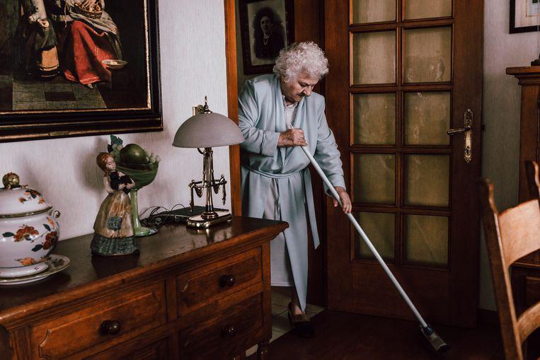 Maria Meys (79) en Edward Teirlinck (78) zijn al meer dan 50 jaar gelukkig getrouwd. Bejaarden met dagdagelijkse taken als de kapper bezoeken en koffie drinken. Beeld Illias Teirlinck