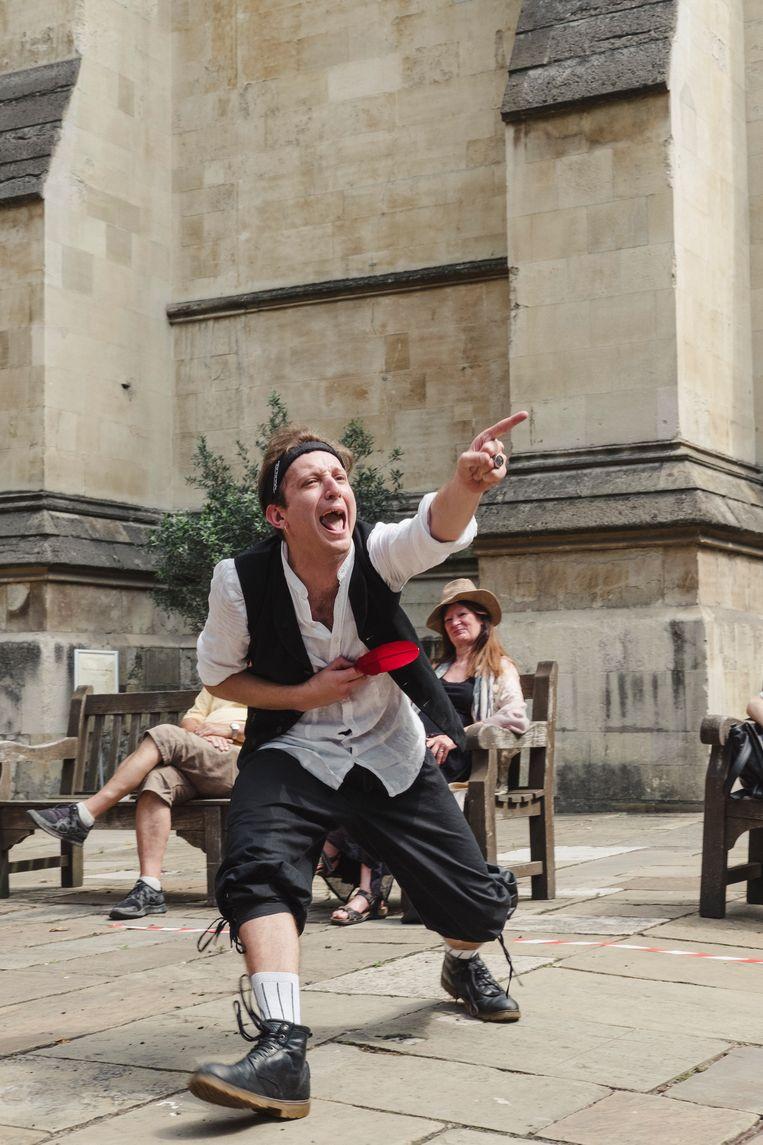 Londenaren kunnen voor honderd pond een acteur uitnodigen die in de tuin een voorstelling geeft. Beeld Carlotta Cardana