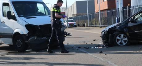 Twee auto's botsen op Rat Verleghstraat in Breda