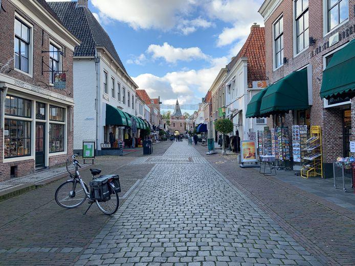 In de Vischpoortstraat in het centrum van Elburg is het op een willekeurige doordeweekse dag in oktober erg rustig.