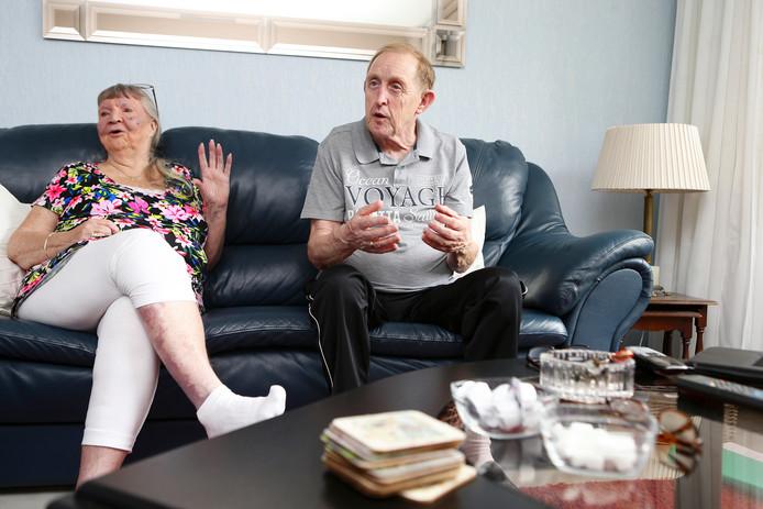 Marijke en Arie van Hoff in de woonkamer die ze binnenkort moeten ontruimen.