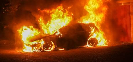 Auto gaat in vlammen op in Oss, politie doet onderzoek