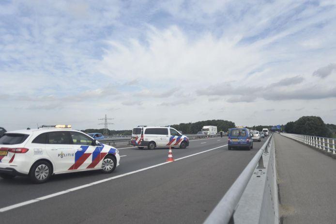 File op de A73 na een ongeluk met drie voertuigen.
