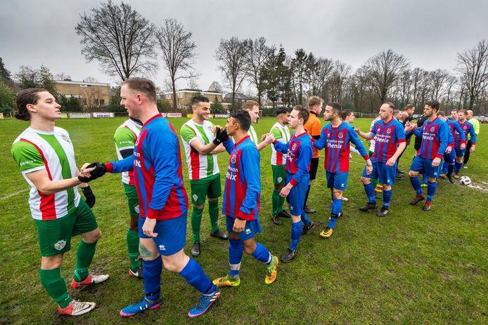Een nieuwkomer op de zaterdag: het Enschedese Phenix (rood/blauw) heeft afscheid genomen van het zondagvoetbal en speelt komend seizoen in de vierde klasse G tegen veel stadsgenoten.